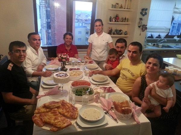 ailecek yemek yemek