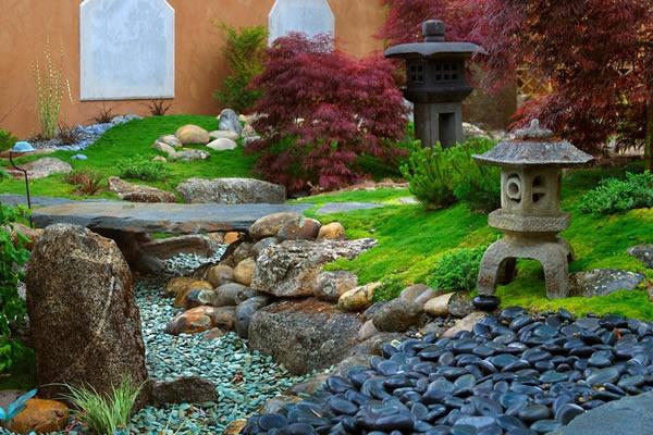 bahçede taş dekorasyon